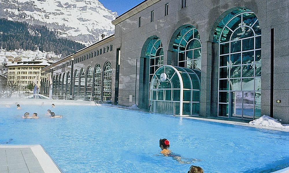 Gäste im winterlichen Außenbecken der Alpentherme Leukerbad Foto: Leukerbad Lindner Hotels