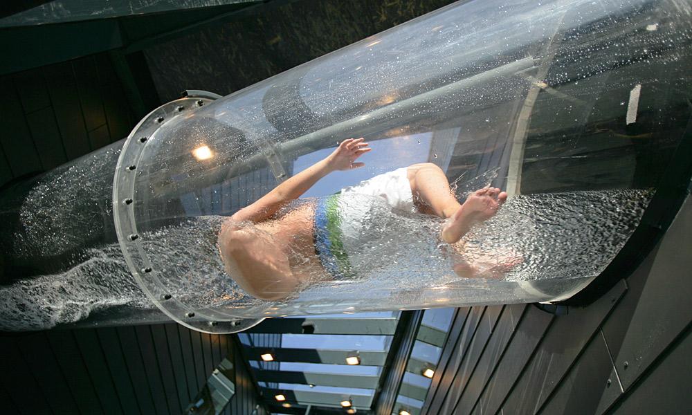 Blick von unten auf die durchsichtige Wasserrutsche in der Aqualux Therme Fohnsdorf Foto: Harry Schiffer/photodesign.at