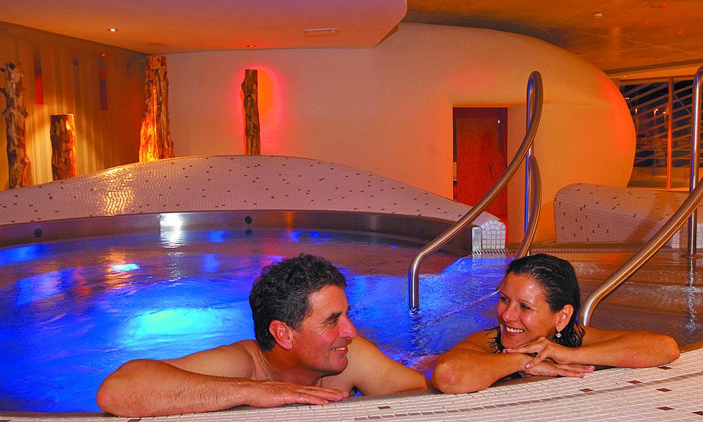 Paar in einem Pool des Römerbads Bad Kleinkirchheim Foto: Michael Gruber Bad Kleinkirchheim Tourismus