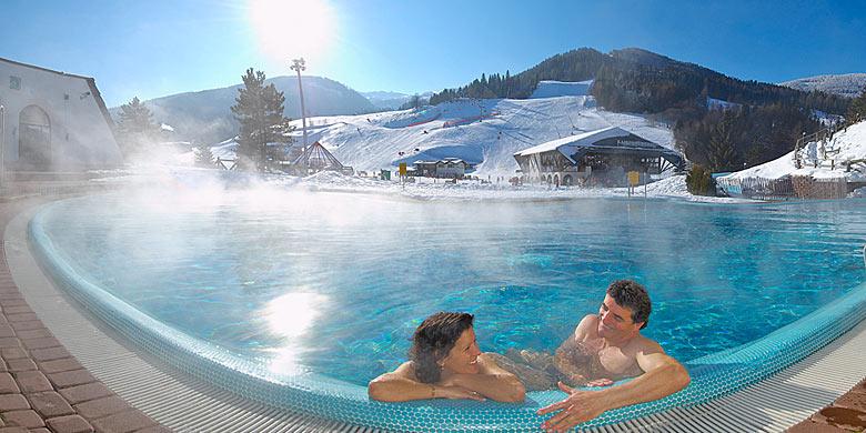 Blick vom Pool des Römerbads Bad Kleinkirchheim auf die Skipiste