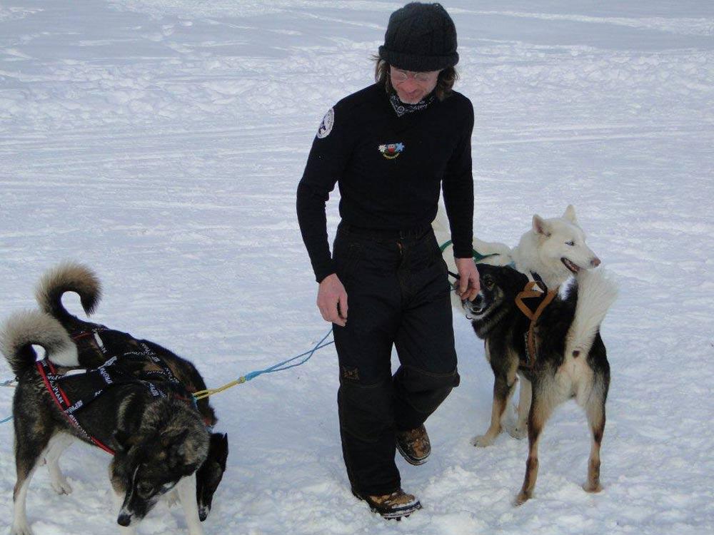 Ein Mann mit seinen Hunden