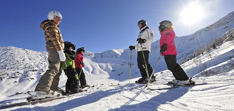 Eine Familie beim Skifahren in Malbun