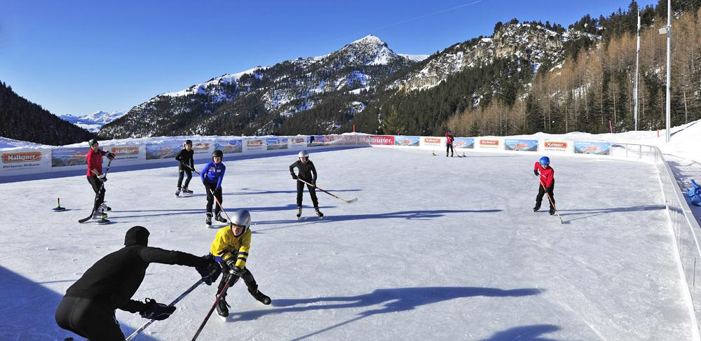 Eishockeyspieler auf dem Eisplatz in Triesenberg