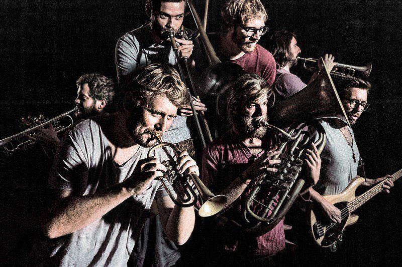 Die bayerische Blasmusikband LaBrassBanda