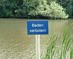 Badeverbotsschild an einem See