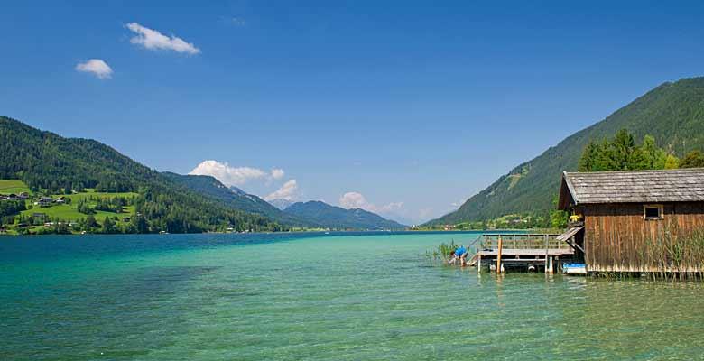 Blick auf einen Steg im Weißensee in Kärnten