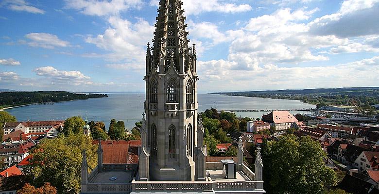 Das Konstanzer Münster mit Bodensee im Hintergrund