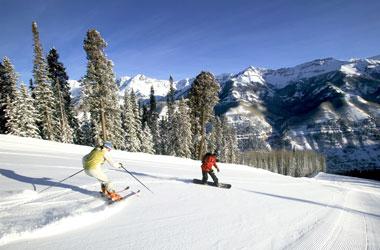Ein Ski- und ein Snowboardfahrer auf der Piste