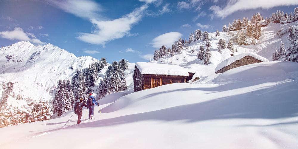 Paar beim Schneeschuhwandern im Wallis