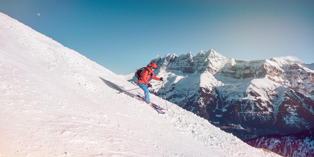Skifahrer bei einer Abfahrt im Wallis