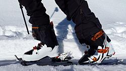 Blick auf die Schuhe eines Skifahrers, mit Protektoren.