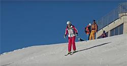 Skifahrerin bei der Abfahrt auf einer frisch präparierten Piste