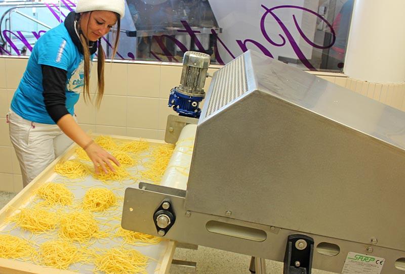 Frische Pastaherstellung in der Nudelmanufaktur am Stubaier Gletscher
