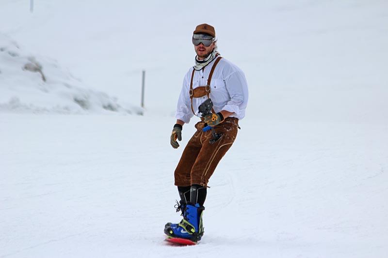 Auch in Lederhosen sind Snowboarder fesch unterwegs
