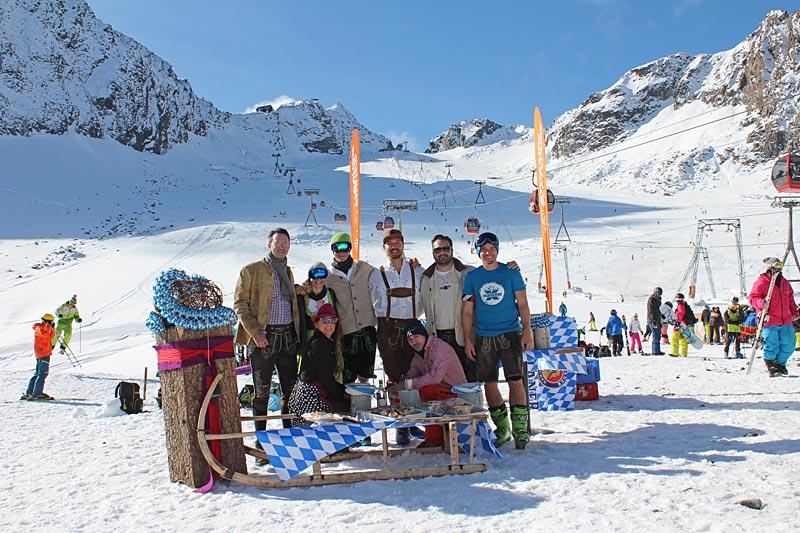 Das X-Challenge-Team beim Oktoberfest am Stubaier Gletscher