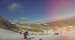 Skifahrer auf einer frühwinterlichen Piste in Zell am See Kaprun