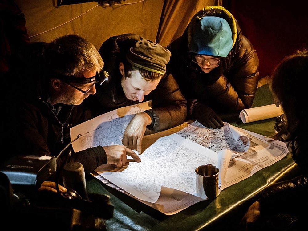 Personen beim Planen einer Expedition