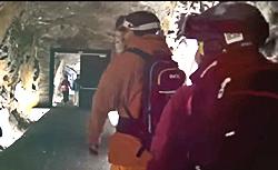 Besucher im Tunnel in der Gipfelwelt 3000