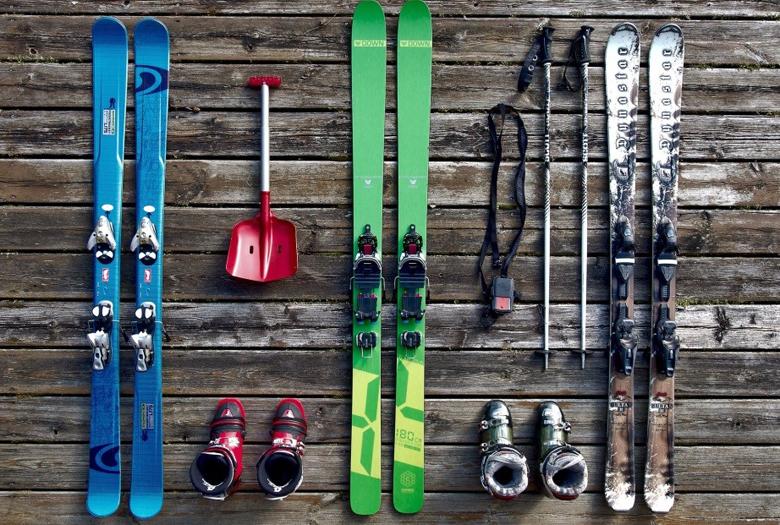 Equipment zum Skifahren - Ski, Stöcke, Schuhe, etc.