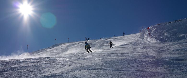 Mehrere Skifahrer bei der Abfahrt