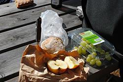 Vesperplatte mit Brot und Obst