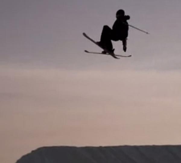 Freeskier fliegt über Obstacle