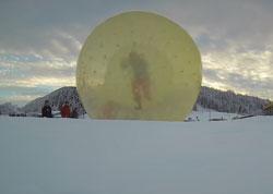 Zorbing: Rumkugeln in einer riesigen Gummikugel