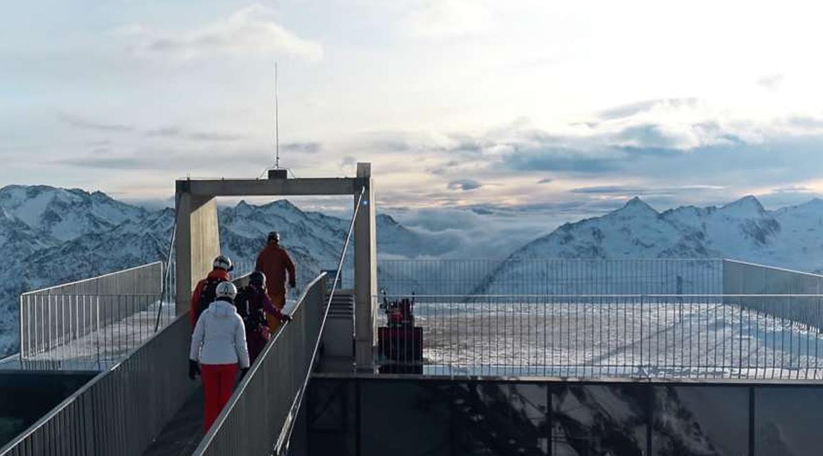 Menschen auf dem Weg auf die Aussichtsplattform