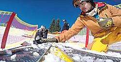 Vorbereitung der Mini-Schanze mit Schnee