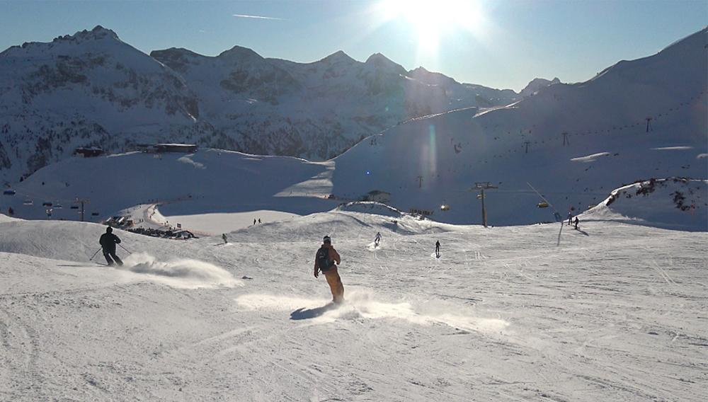 Skifahrer auf einer Abfahrt der Tauernrunde