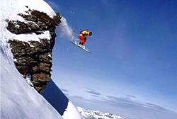 Skifahrer beim Sprung von einem Cliff