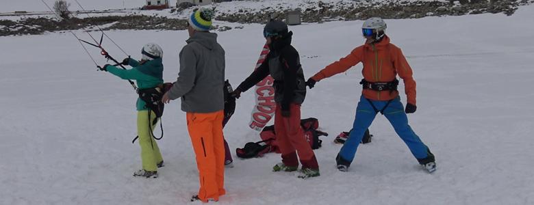 Die Teammitglieder unterstützen sich beim ersten Kontakt mit dem Drachen.