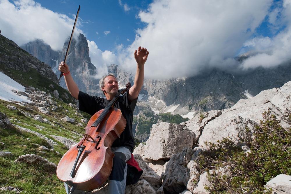Der berühmte Cellist Mario Brunello spielt sein Instrument vor wunderschönen Bergpanoramen.