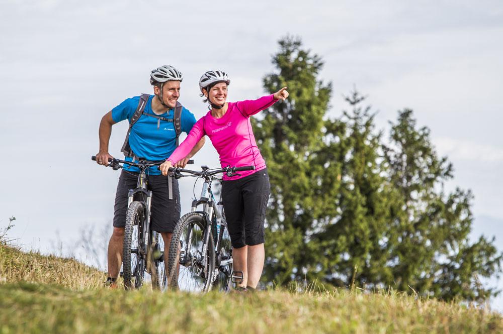 Zwei Radfahrer beim Ausblick