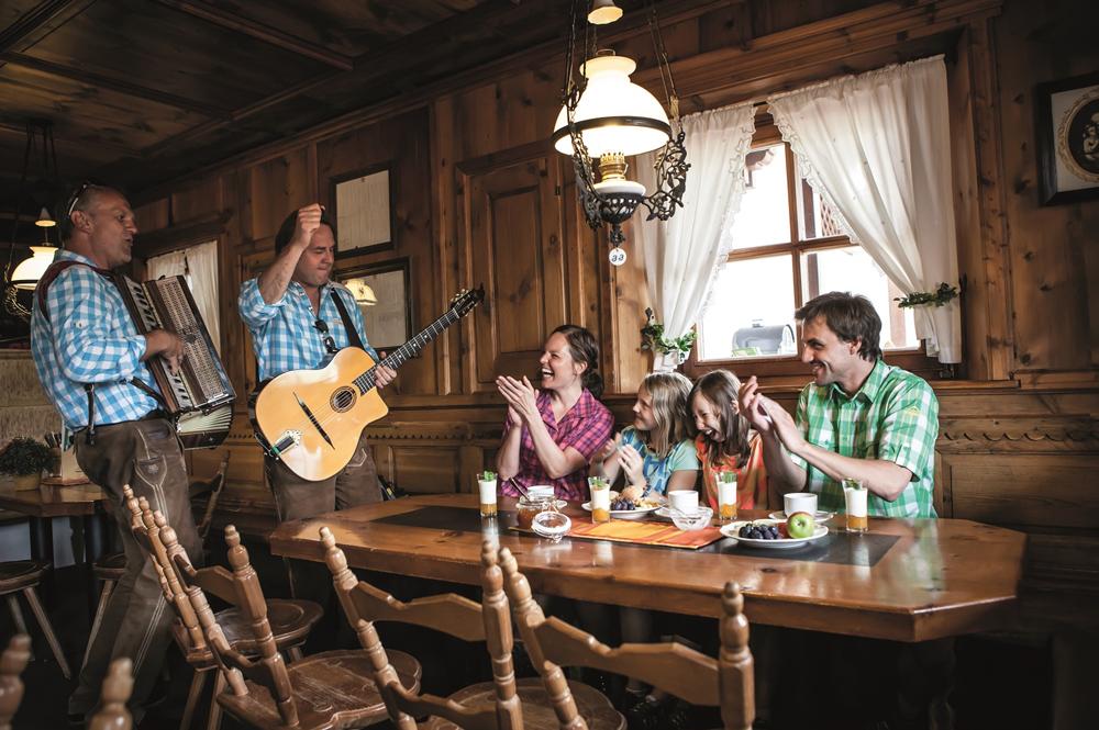 Familie frühstückt im Bergrestaurant Nova Stoba