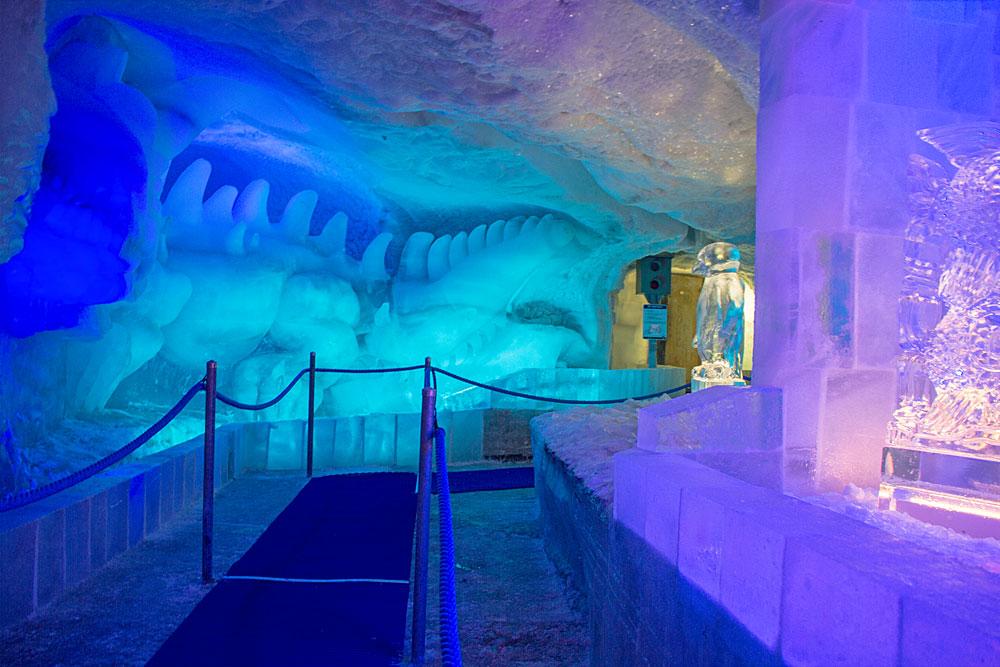 Blick in den Eispavillon im Fee-Gletscher
