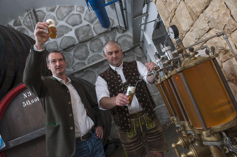 Zwei Männer beim Bierzapfen