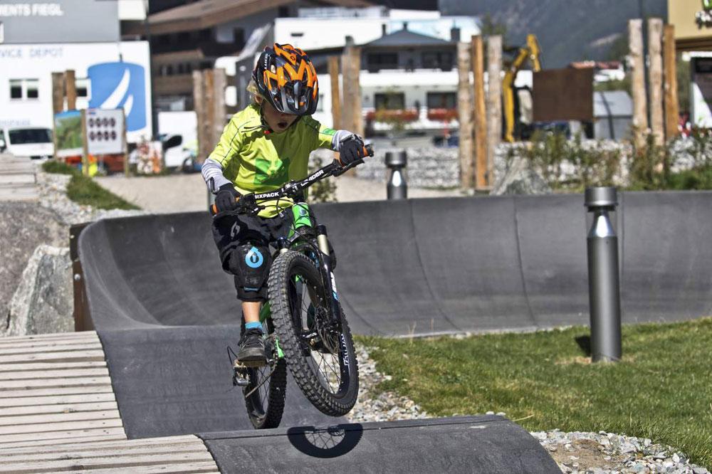 Kind auf dem Pumptrack in der Bike Republic Sölden