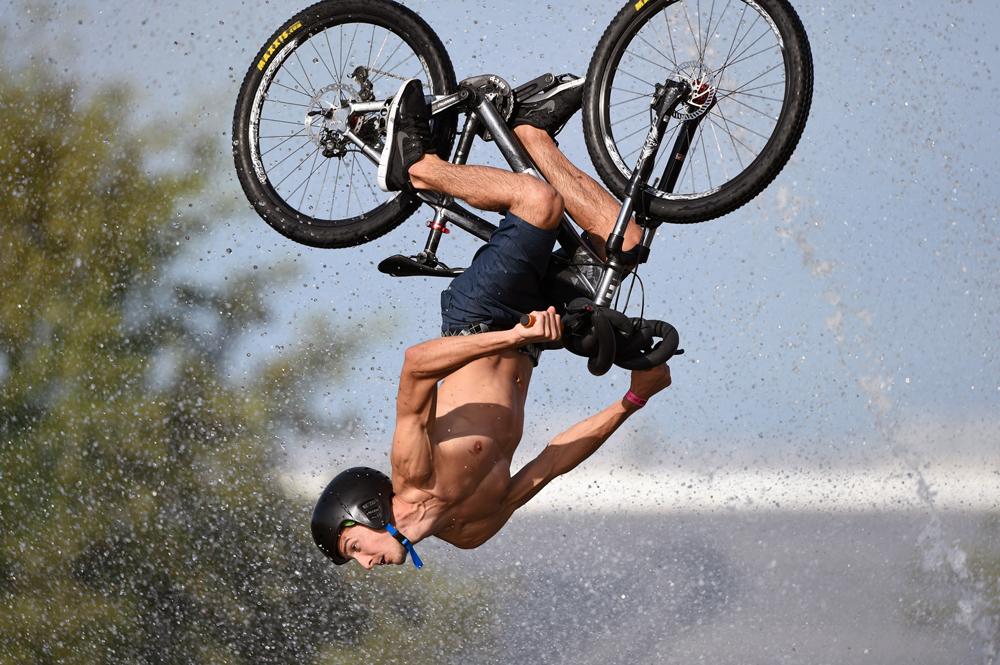 Biker schlägt Salto mit Fahrrad