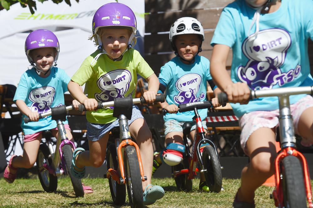 Kinder beim Laufradrennen
