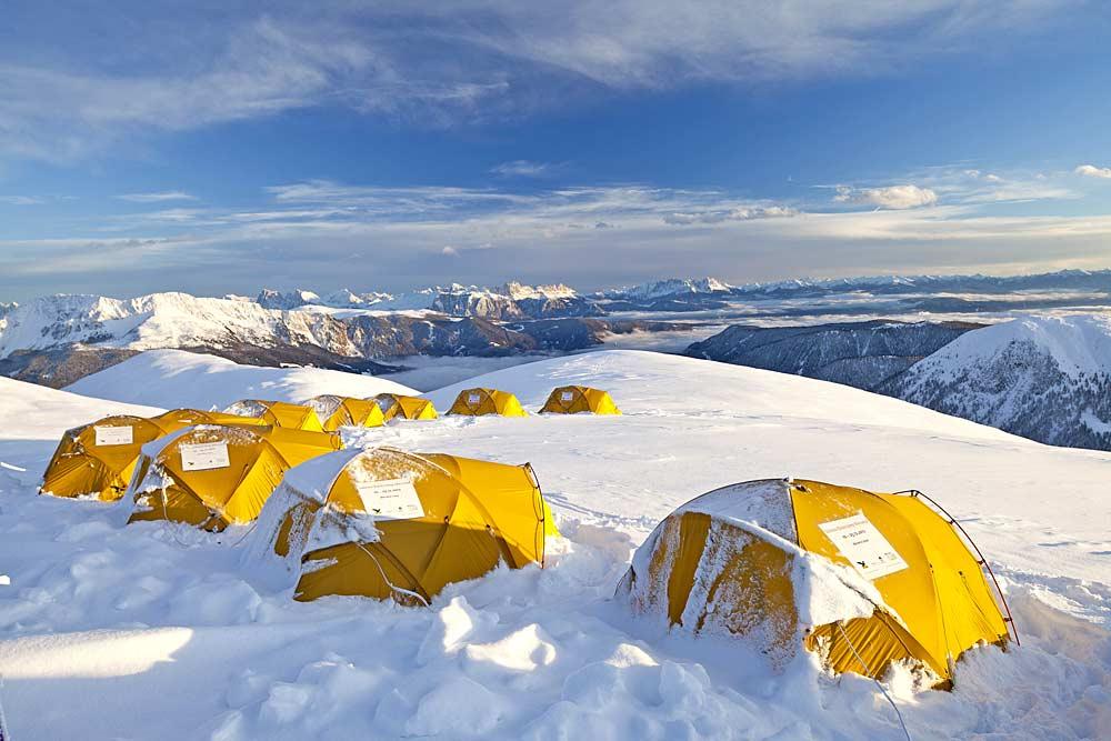 Zelte im Salewa Base Camp in Meran