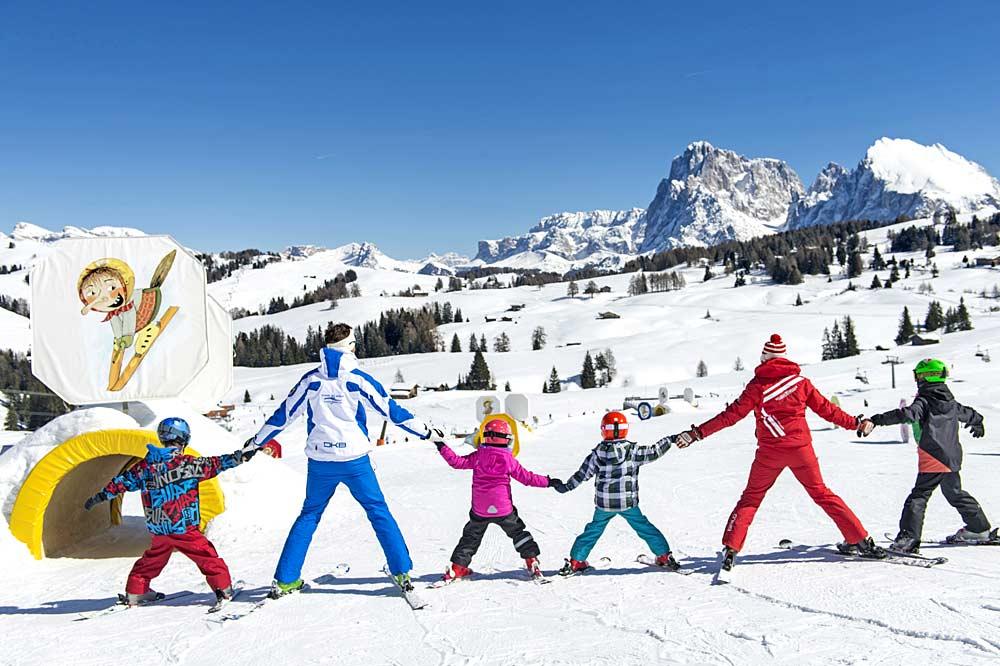 Familie beim gemeinsamen Skifahren auf der Seiser Alm