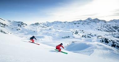 Skifahrer auf einer Piste in Obertauern