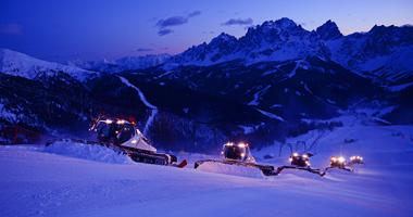 Pistenbullys beim Präparieren im Skigebiet Drei Zinnen