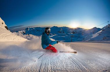 Skifahren am frühen Morgen