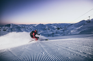 Skifahrer am Morgen in der Zillertal Arena