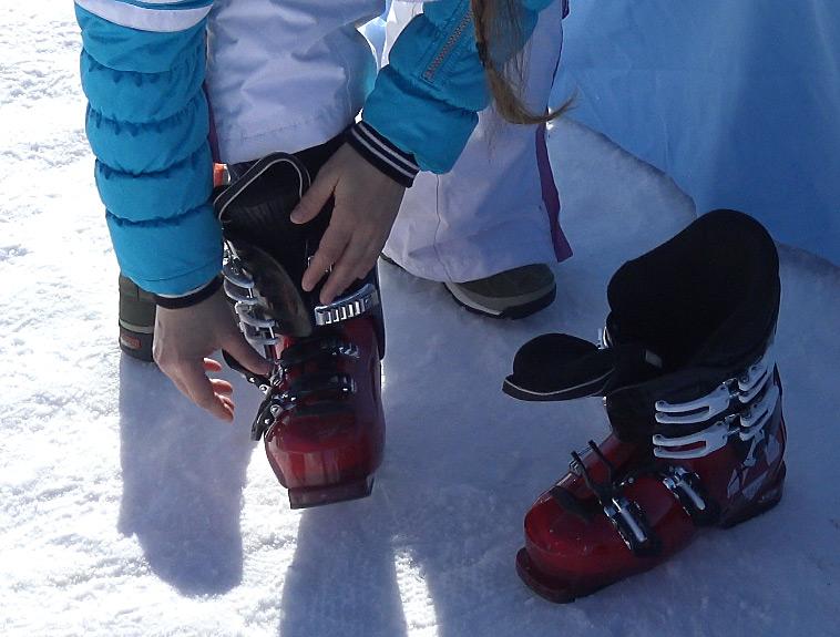 Skischuhe anziehen