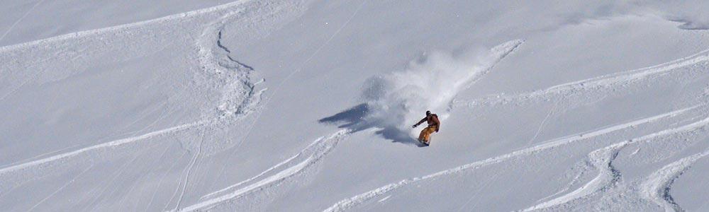 Skifahrer zieht Schwünge bei der Abfahrt