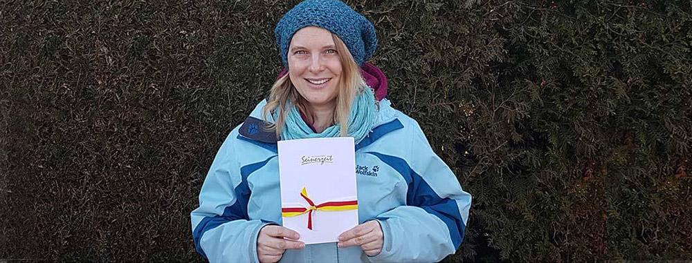Siegerin des Votings 2016/17 mit ihrem Gewinn - einem Reisegutschein
