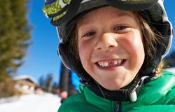 Kind beim Skifahren